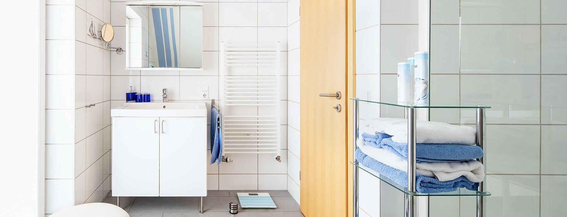 Zwei helle Tageslichtbäder mit Dusche und Badewanne